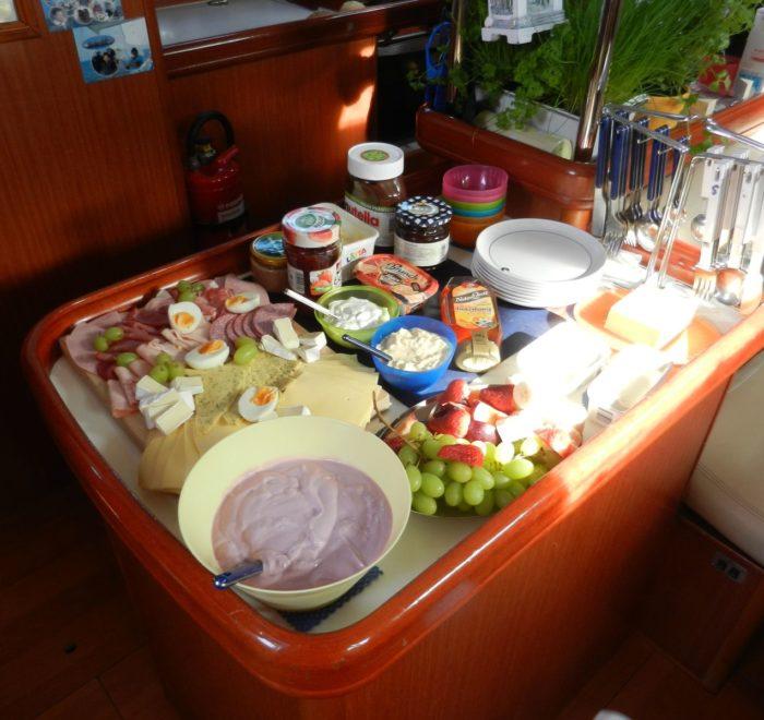 Mitsegeln auf der AHAB. Frühstücksbuffet