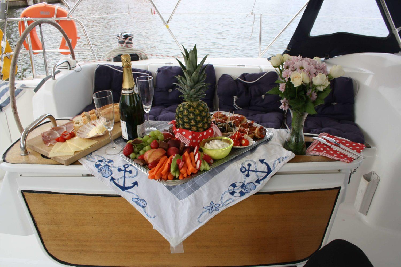 Frühstück für ZWei nach der Übernachtung für Zwei. Segeln, Feiern, Stralsund.