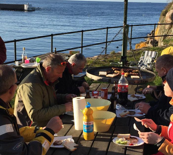 Grillplatz Christiansö mit Regattacrew am Tisch bei Sonnenschein. Segeltörn nach Bornholm.