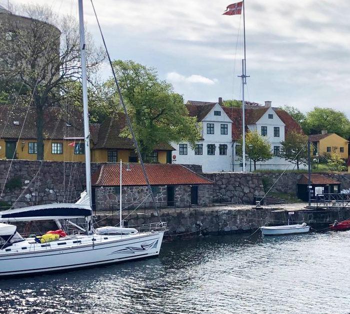 Mitsegeln Ostsee im November. Segeltörn . Hafen von Christiansö, in der Nebensaison fast leer.