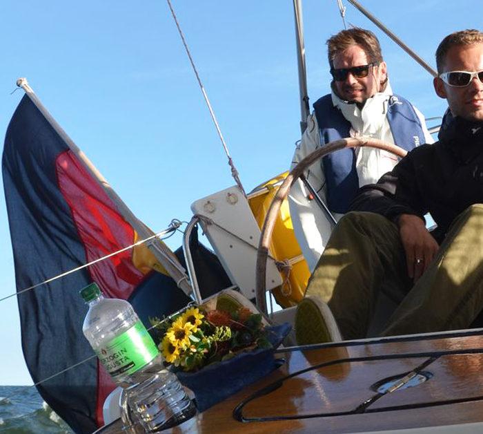 ;itsegeln Ostsee im Herbst. Am Wind, Schräglage, Blauer Himmel. Blick ins Cockpit