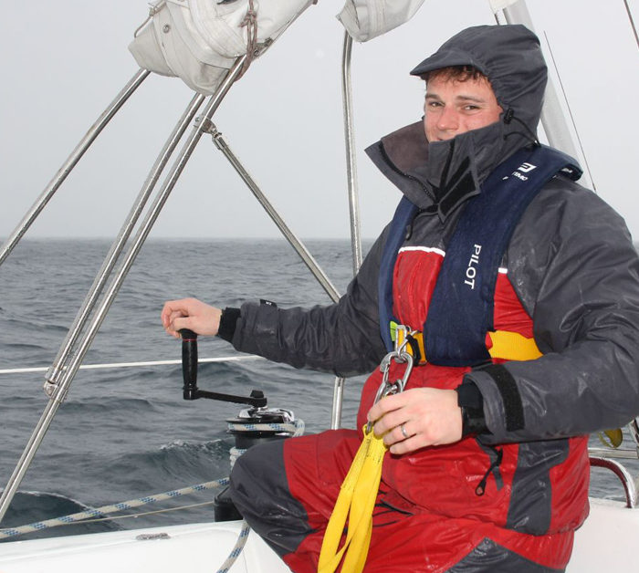 Vorschoter im Regen beim Segeltörn im November auf der Ostsee