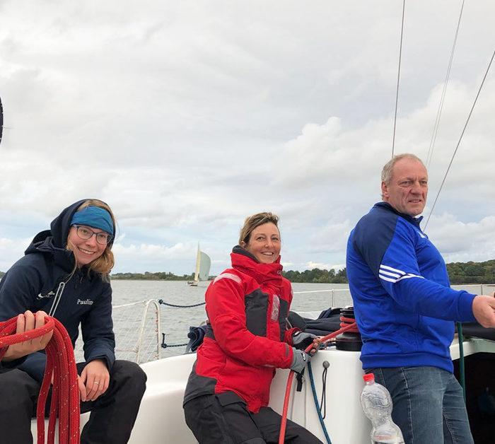 Fast im Hafen. Crew an Deck im geschützten Revier von Hiddensee. Ostseesegeln.