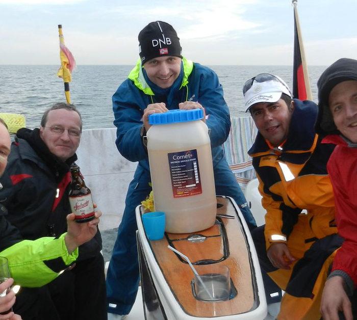 Die Siegprämie vom Vortag - der Eimer voll Mischung segelt mit über die Ostsee zur nächsten Etappe. Segeltörn im Herbst auf der Ostsee.