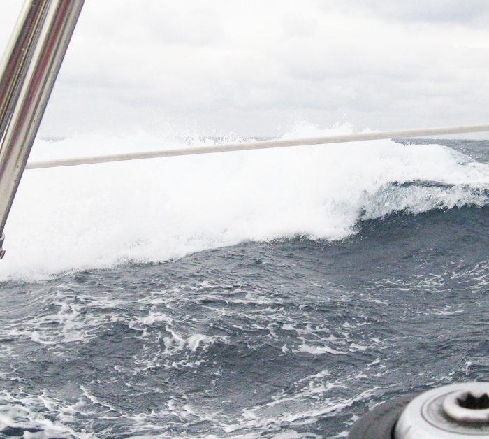 Segeltörn in der Ostsee im Herbst. brechende Wellen auf Raumschotskurs
