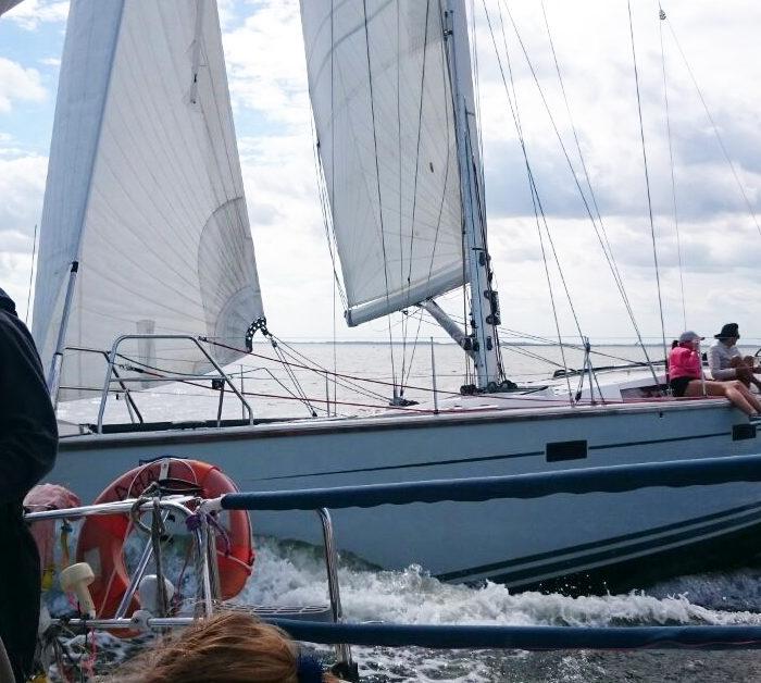 Regatta -Segeln auf der Ostsee. Deen Gegner fest im Griff