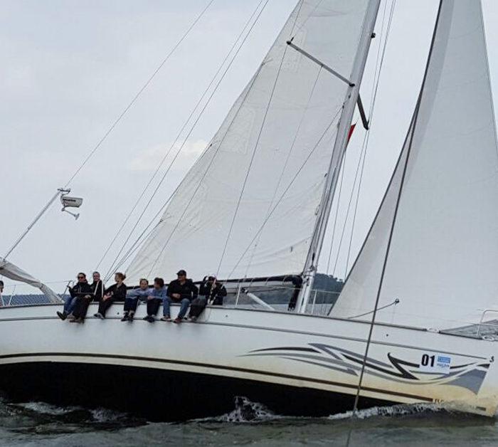 Ahab mit Schräglage beim Segeltörn auf der Ostsee kurz nach dem Start. Ein Teil der Crew auf der hohen Kante.