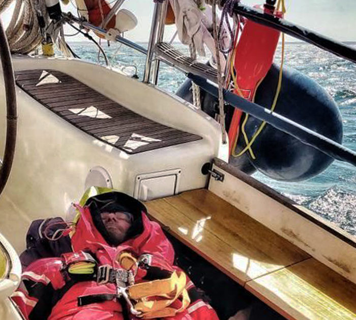 Autopilot beim Segeln auf der Ostsee. Skipper ruht sich aus.